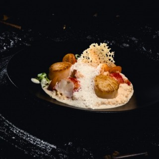 Risotto au corail d'oursin, Saint-Jaques & homard au jus de carcasse, émultion iodée