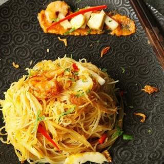 Bihun Goreng poulet: Vermicelles sauté au soja épicé d'Indonésie, servi avec œuf au plat et concombres.