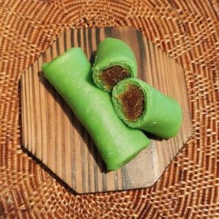 Dadar gulung: Crêpe roulée et fourrée à la noix de coco râpée et au Gula Java (sucre de coco).