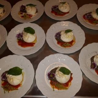La burratina de Pouille, crème d'aubergine fumée, crème de tomates San Marzano