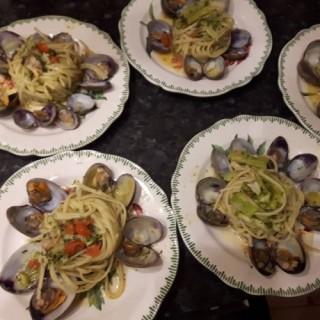 Linguine aux palourdes et broccolis, tomates cerises, huile, ail, piment