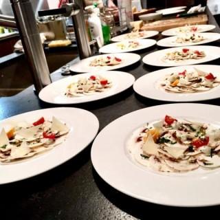 Carpaccio de champignons et crème de parmesan
