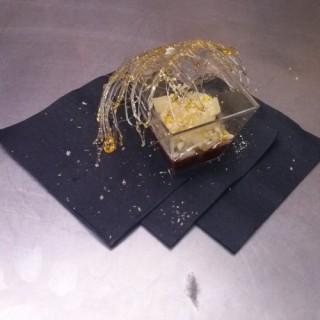Minestrone de poire pochée, soupe chocolat et sa cage de caramel