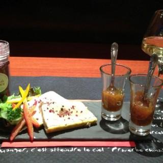 Terrine de foie gras aux figues, sel au vin rouge avec un confit d'oignons