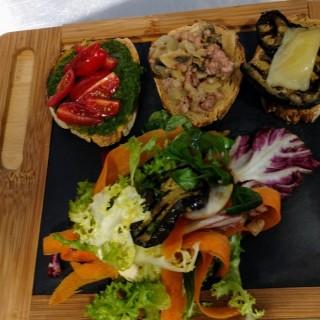 Tris de bruschette, salade de saison et légumes grillés
