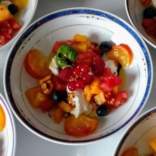 Salade de tomate anciennes, burrata et fruits rouges