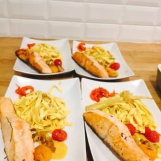 Filet de saumon en cuisson unilatérale, tagliatelle fraîche et légumes du marché à la Maria Rosa