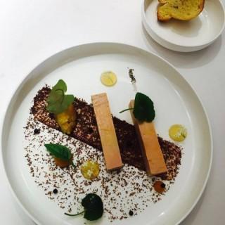 Foie gras, torchon au rhum vieux Saint-James AOC et chutney pomme-gingembre