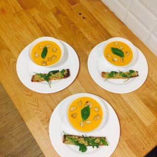Velouté de Tomate mascarpone, Saint-Jacques poêlées et toast aux olives vertes
