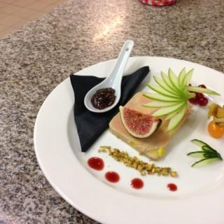 Pressé de foie gras de canard marbré, chutney de figues et mirabelles, réduction de porto et groseille, pain d'épices maison