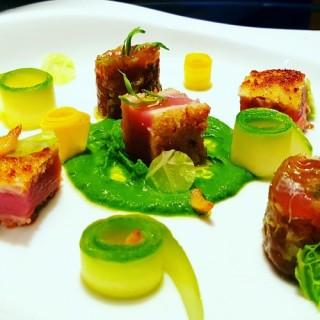 Le thon en tataki panné et en tartare asiatique, crème de choux frisé, pickles de courgettes, ail confit