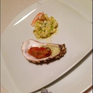 Huîtres en tempura, brunoise de Granny Smith Crevette marinée émulsion citronnée