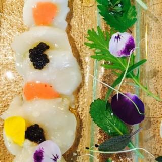 Carpaccio de Saint Jacques à la perle noire de « Saint Viatre » ( caviar) à l'huile de fraise de Sologne