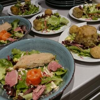 Dressage salade gourmande et salade végétarienne