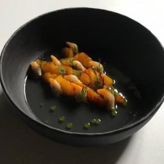 Coques, mandarine grillée au genévrier, eau fraîche de pastèque, huile d'estragon saumurée