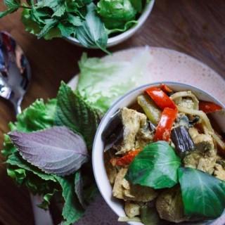Poulet au curry et lait de coco et ses légumes du soleil