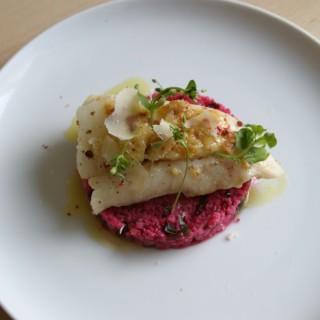Cabillaud rôti, riz rose épicé et crème de parmesan