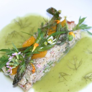 Tourteau, yuzu, asperges, mangues & coulis de petits pois