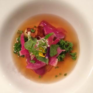 Bouillon de poule, chou kale, radis, girolles