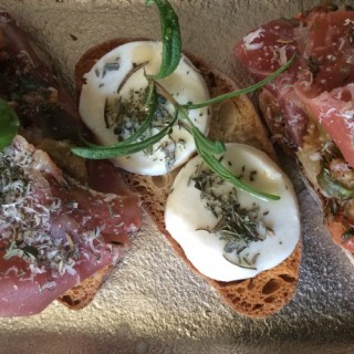 Bruschetta jambon de parme, mozzarella, herbes de provences