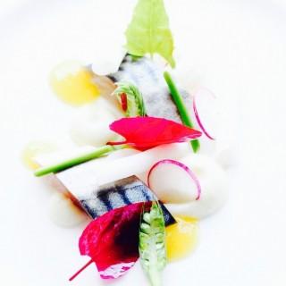Maquereau mariné / caviar d'aubergine fumé & citron vert / pickles d'aubergine / vinaigrette au miel.