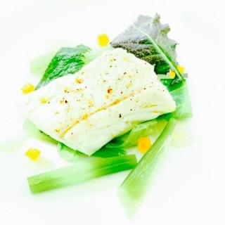 Maigre de ligne & lard de colonnata / jus d'oignons doux / mousseline de petits pois à la française / oignons caramélisés / condiments agrumes.