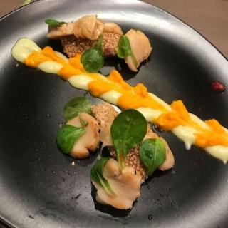 Thon au sésame, Saint-Jacques mariné, wasabi et carotte