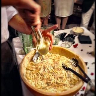 Linguine flambées alla Grappa dans la Meule de Parmesan