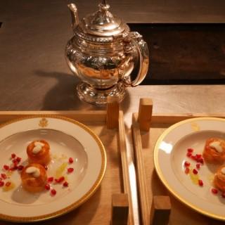 Fine gelée en cube de kaki et grenade zestée de combawa, nage d'agrumes au thé Earl Grey déversé minute et amandes fraîches