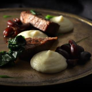 Bœuf citronnelle, riz fumé en purée, haricots rouges, fleurs bleues, sauce persil