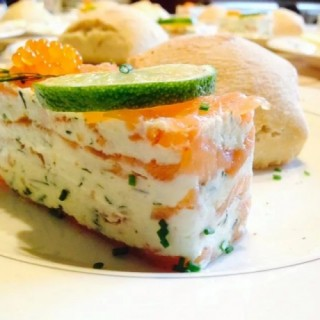 Mille-feuille de saumon artisanal, Mousseline de crabe et ricotta, Blini moelleux