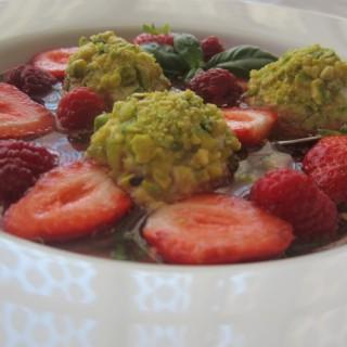 Nage de fruits rouges et rochers ricotta vanille à la pistache