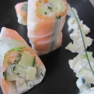 Rouleaux de printemps au saumon fumé, concombre fenouil et pomme granny, crème ciboulette au raifort