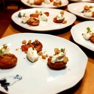 L'Abricot, rôti au miel de Romarin, mascarpone & crumble noisette