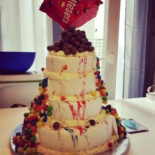 Le gâteau de Tony 6 ans pour 35 personnes, chocolat, vanille, M&M's et Malteser's