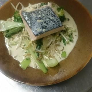 Filet de saumon poché et légumes asiatique en sauce