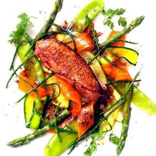 Bruschetta au foie gras poêlé déglacé au vinaigre balsamique sur ses légumes craquants
