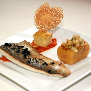 Féra du lac Léman, pomme de terre farci au fenouil, flan d'oignons confits et tomate fondue