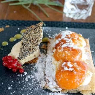 Dessert croustillant aux abricots et sa boule de glace