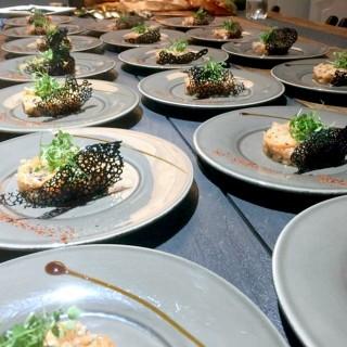 Tartare saumon crevettes avocat sauce Yakitori, tuile croquante au pavot