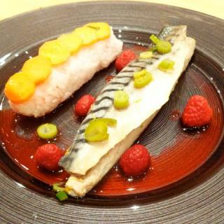 Sushi, maquereau au vin blanc, framboise au vinaigre