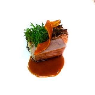 Noix de veau cuit lentement, mille-feuille aubergines et sésame, jus réduit du tajine