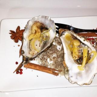 Huîtres et leurs champignons marinés et vinaigre de riz