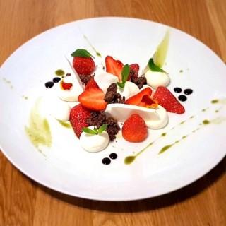 Fraises, mousse mascarpone et vanille, sablée chocolat, praliné pistache.