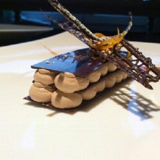 Mille feuille chocolat guanaja, mousse praliné et zeste d'agrumes confits