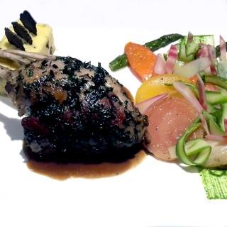 Carré d'agneau rôti aux herbes, polenta crémeuse à la truffe et légumes d'antan glacés