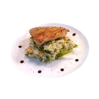 Thon rouge grillé et risotto aux légumes vert