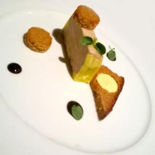 Foie gras mi-cuit au porto, croustillant de pain d'épices, crème de mangue