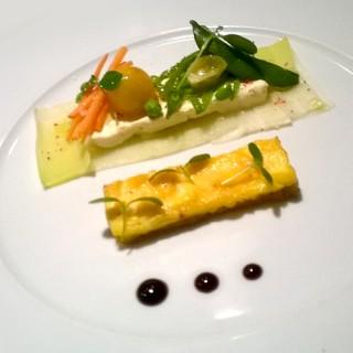 Omelette à ma façon, tapis de blancs de poireaux, fromage frais aux herbes, petits légumes