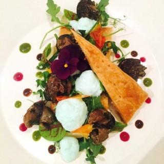 Tarte fine d'escargots de « Cours Cheverny » poêlés aux épices et herbes fraîches, jeunes pousses de légumes
